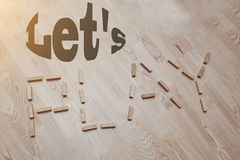Позвольте нам сыграть слова в винтажной древесине Стоковые Фотографии RF