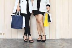 Позвольте ` s пойти ходить по магазинам, женщины держа хозяйственные сумки на улице Стоковые Изображения