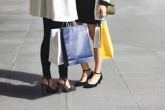 Позвольте ` s пойти ходить по магазинам, женщины держа хозяйственные сумки на улице Стоковые Фотографии RF
