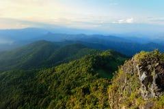 позволяющ ветвям пасмурному изумрудному польностью зеленому отверстию горы ландшафта пройдите дожди солнце неба сезона реки прини Стоковые Изображения
