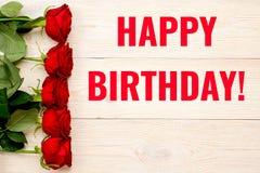 Поздравительая открытка ко дню рождения с днем рождений с красными розами Стоковые Изображения