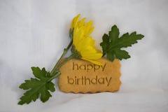 Поздравительая открытка ко дню рождения с днем рождений с печеньем Желтые цветки стоковое фото rf