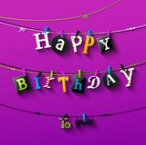 Поздравительая открытка ко дню рождения с зажимкой для белья и красочные письма висят на веревочке Стоковые Изображения