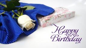 Поздравительная открытка, белая роза на голубой ткани в белых горохах Стоковое Изображение
