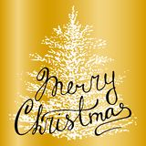 Поздравительная открытка вектора рождества на золотой предпосылке с литерностью руки и рождественской елкой руки вычерченной бесплатная иллюстрация