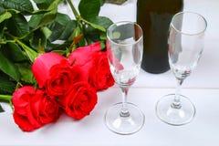 Поздравительная открытка дня валентинок, цветки красной розы, бокалы и подарочная коробка на деревянном столе Взгляд сверху Стоковая Фотография RF