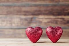 Поздравительная открытка на 14-ое февраля Красные сердца на винтажном деревянном столе Предпосылка дня Валентайн Скопируйте космо Стоковое Изображение