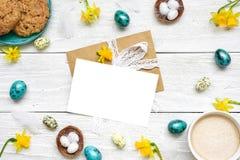 Поздравительная открытка пасхи в рамке сделанной из яичек триперсток, чашки капучино, цветков весны и печениь Стоковое Изображение RF