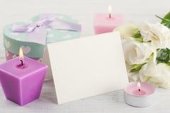 Поздравительная открытка, подарок и освещенные свечи Стоковые Изображения RF