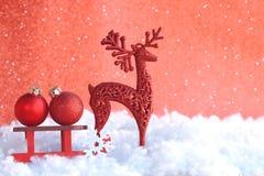Поздравительная открытка рождества красная, скелетон игрушки деревянный, 2 шарик, олени стоковые изображения