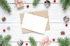 Поздравительная открытка рождества пустая в рамке ветвей ели, красных ягод, подарочных коробок и конусов Стоковая Фотография RF