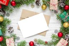 Поздравительная открытка рождества пустая в рамке сделанной из ветвей, украшений и подарочных коробок ели Стоковое Изображение RF