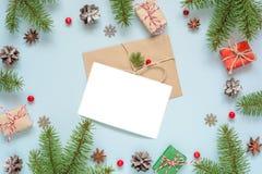 Поздравительная открытка рождества пустая в рамке сделанной из ветвей, украшений и подарочных коробок ели Стоковая Фотография