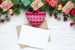 Поздравительная открытка рождества пустая с ветвями ели, связанным сердцем, украшениями, подарочными коробками и конусами Стоковые Изображения RF