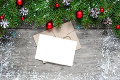 Поздравительная открытка рождества с ветвями и украшениями ели Стоковое Изображение
