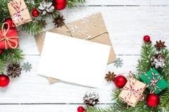 Поздравительная открытка рождества с ветвями, украшениями и подарочными коробками ели Стоковое Фото