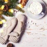 Поздравительная открытка рождества с елью и какао снега Стоковое Изображение
