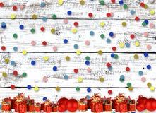 Поздравительная открытка рождества с настоящими моментами на предпосылке стоковая фотография