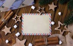 Поздравительная открытка рождества с циннамоном играет главные роли marshmellow Стоковое Изображение