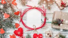 Поздравительная открытка рождества с handmade объектами в белой деревянной предпосылке Космос для желаний с зимой, xmas Стоковые Изображения