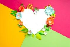 Поздравительная открытка с белым сердцем и бумажными цветками Отрежьте от бумаги Стоковые Изображения RF