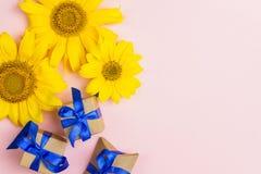 Поздравительная открытка с желтыми солнцецветами и подарочными коробками с голубым ri стоковые изображения rf