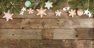 Поздравительная открытка с снежинками печений пряника оформления, tre ели Стоковые Фотографии RF