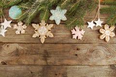 Поздравительная открытка с снежинками печений пряника оформления, tre ели Стоковое Изображение RF