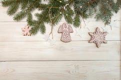 Поздравительная открытка с снежинками печений пряника оформления, tre ели Стоковые Изображения RF