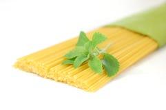 позеленейте stevia спагетти макаронных изделия травы стоковое изображение