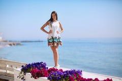 Позитв и здоровая женщина на предпосылке моря Полно-длины красивой девушки смеясь над около моря приставают к берегу каникула тер Стоковые Фотографии RF