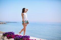 Позитв и здоровая женщина на предпосылке моря Полно-длины красивой девушки смеясь над около моря приставают к берегу каникула тер Стоковая Фотография