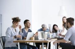 Позитивные отношения между усмехаясь работниками Стоковое Изображение RF