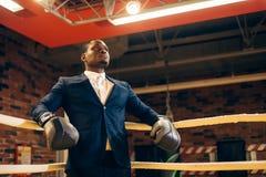 Позиция африканского бизнесмена стоящая в перчатках бокса стоковые фотографии rf
