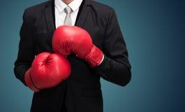 Позиция бизнесмена стоящая в изолированных перчатках бокса стоковая фотография rf