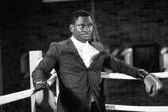 Позиция бизнесмена стоящая в перчатках бокса стоковое изображение