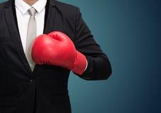 Позиция бизнесмена стоящая в перчатках бокса стоковое фото