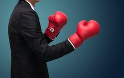 Позиция бизнесмена стоящая в перчатках бокса стоковая фотография