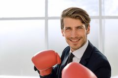 Позиция бизнесмена стоящая с перчатками бокса стоковое фото