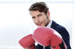 Позиция бизнесмена стоящая с перчатками бокса стоковые изображения