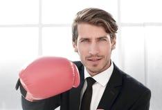 Позиция бизнесмена стоящая с перчатками бокса стоковые фото