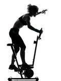 Позиция пригодности разминки женщины велосипед Стоковое Изображение RF