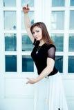 Позиция танца модной женщины Стоковое Изображение
