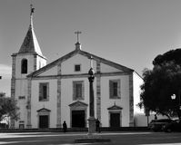 Позорный столб и церковь нашей дамы в черно-белом Стоковые Изображения