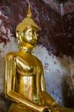 Позолотите скульптуры Будды на старой веранде Wat Suthat, Бангкока Таиланда Стоковые Фотографии RF