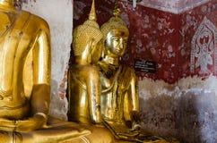 Позолотите скульптуры Будды на старой веранде Wat Suthat, Бангкока Таиланда Стоковые Изображения