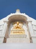 Позолоченный барельеф Будды в представлении mudra dharmachakra стоковое фото rf