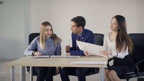Позднее прибытие менеджера на деловой встрече с коллегами в офисе видеоматериал