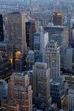 Поздно вечером ранний вечер в Манхаттане как увидено сверху Стоковые Фотографии RF