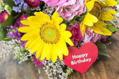 Поздравительая открытка ко дню рождения с днем рождений с букетом цветков лета Стоковое Фото